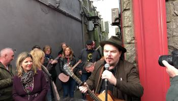 WATCH: Kildare singer honoured in Athy addresses home crowd